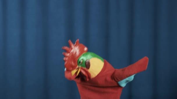 Kohouta maňáska hračka utírala a hip hopu stojí na scéně s modrým pozadím