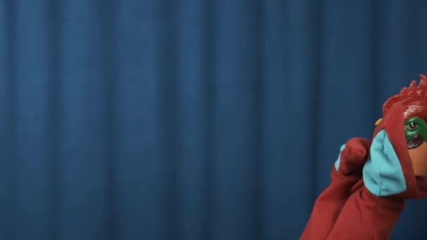 Kohouta maňáska actig despared nebo opilý na scéně s modrým pozadím