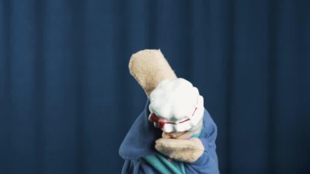 Babička maňáska třepe hlavou a blbnout na modrém pozadí