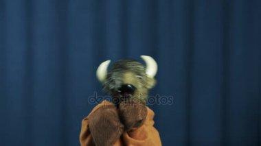 Buffalo maňáska rub překřížené paže a vodopády scény s modrým pozadím