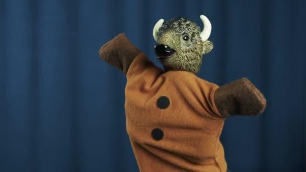Bull maňáska hračka vlna, tanec třepe hlavou na scéně s modrým pozadím