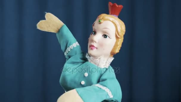 Maňáska princezna se objeví na scéně a vypráví příběh s modrým pozadím