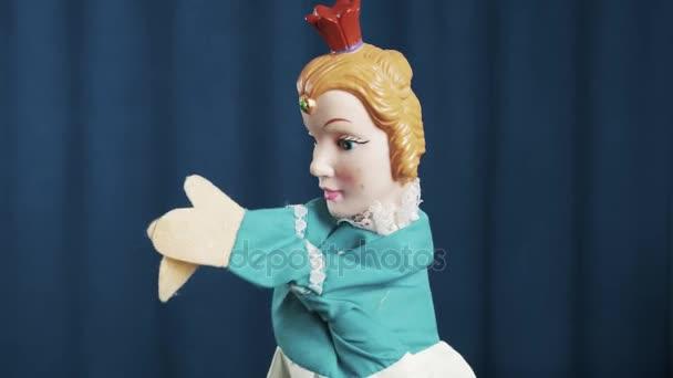 Princezno maňáska třením a třást ruce, mávali na modrém pozadí