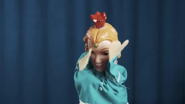 Maňáska princezna skrýt obličej a křik v smutek na scéně s modrým pozadím