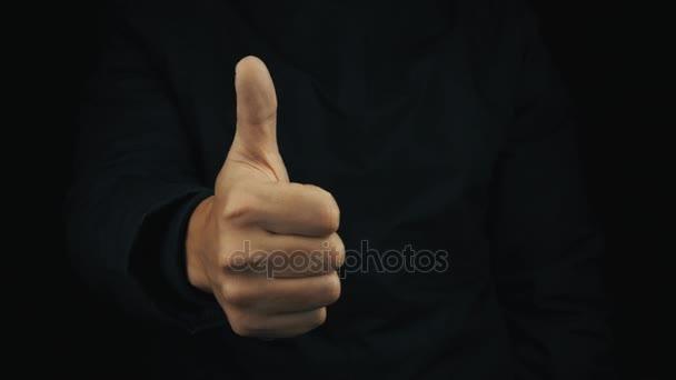 Mužské ruky v dlouhý rukáv bundy, aby pozitivní palec nahoru gesta