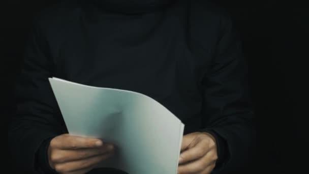 Mužské ruky v dlouhý rukáv saka uložení papíru, odhodil a mačkání listů