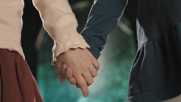 Felismerhetetlen kislányok meg kezét, rain a háttérben