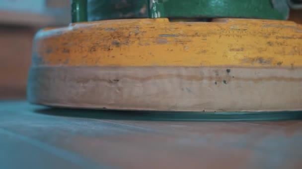 Žlutá na parkety koni stroj nad laminátovou podlahu produkující velké množství prachu