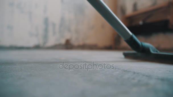 Fußboden In Beton ~ Staubsauger schlauch düse reiten über fußboden aus beton auf der