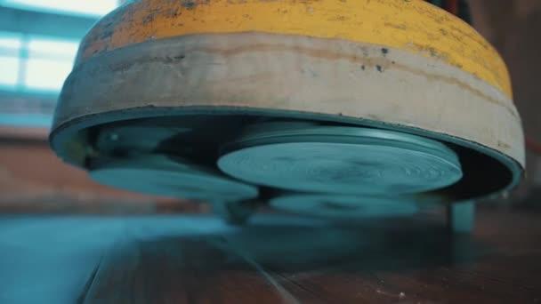 Brusné kotouče leštící stroj stojí dole na zaprášené podlahy laminátové podlahy