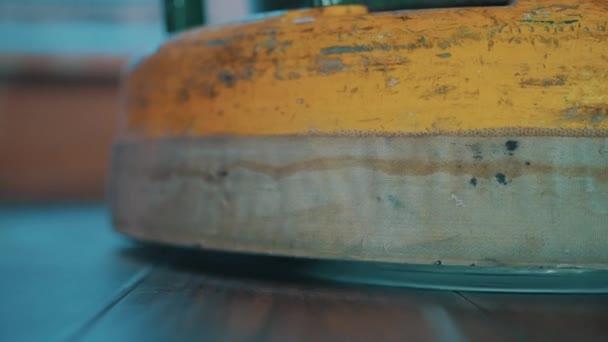 Žlutá podlahová leštící stroj selhání dřevěné laminátové podlahy