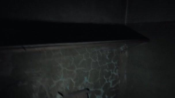 Punto de vista hombre con flashligh en cuarto oscuro vacío — Vídeo ...