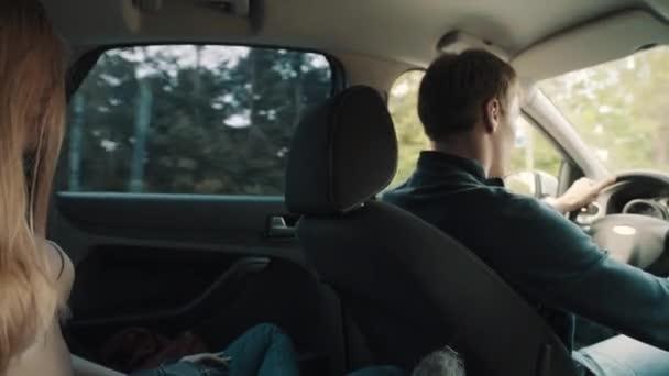 Mladá blond žena v podprsenka sedí na zadní sedadlo auta útoky řidič