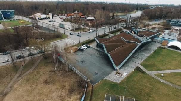 Letecký záběr muž na střeše moderní architektury budovu zahalenou v půdě