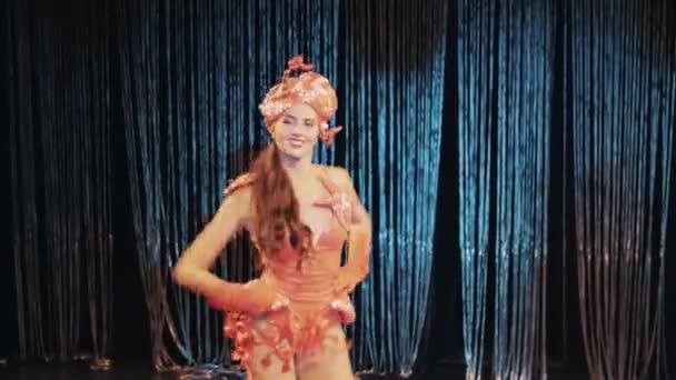 Видео танцующие девушки в бикини