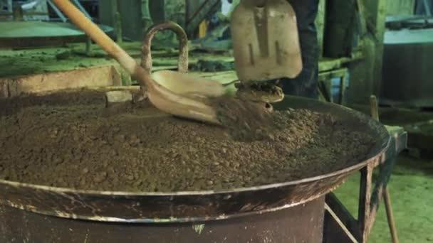 Zwei Arbeiter verteilt Zement mit Schaufeln vibrierende Maschine ...