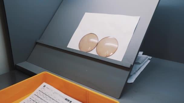 Objektivy na papírové archy na laboratorní stůl stůl whitte