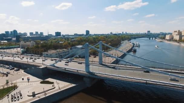 Ptačí oko shot města řeka, silniční provoz na konkrétní most, lodě ve vodě