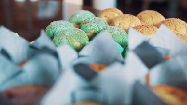 Sladké pečivo barevné potraviny na kuchyňském stole