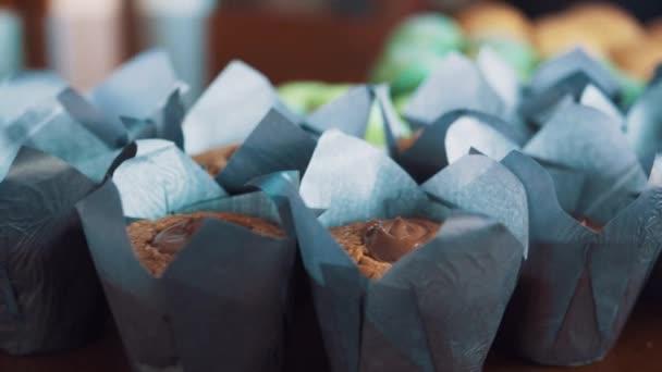 Dezert barevné pečivo potraviny na kuchyňském stole
