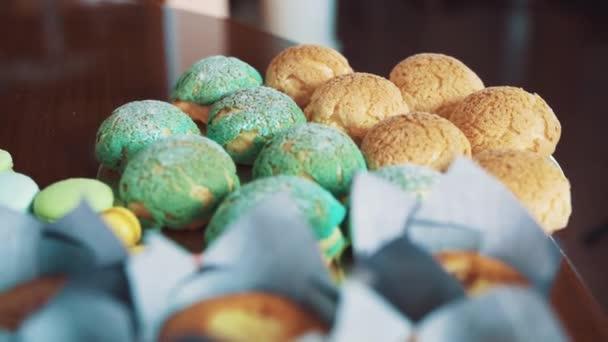Dezert barevné cukrářské potraviny na kuchyňském stole