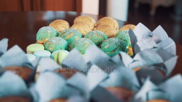 Chutné pestré cukrářských výrobků na kuchyňském stole