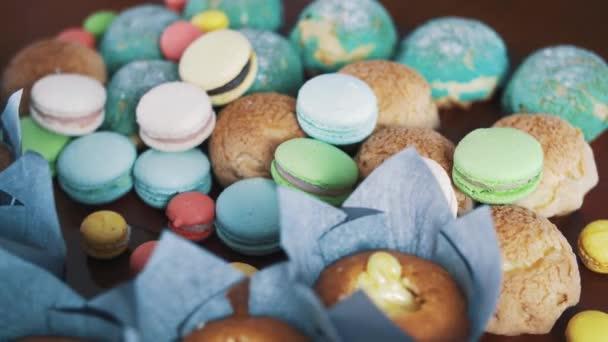 Édes színes sütés termékek konyhaasztalon