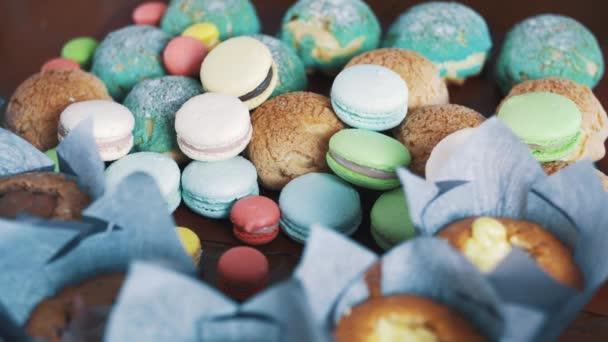 Dezert barevné pečení výrobků na kuchyňském stole