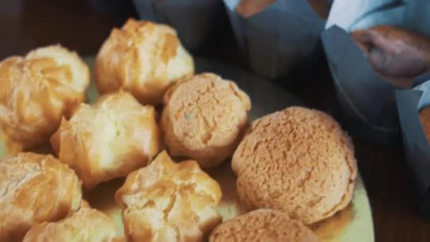 Chutné pestré pekařské výrobky na kuchyňském stole
