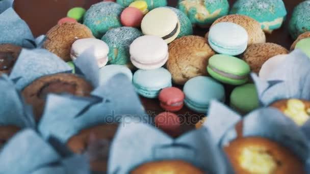Sladké barevné cukrářské výrobky na kuchyňském stole