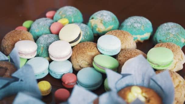 Skvělé barevné cukrářské potraviny na kuchyňském stole