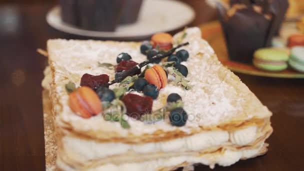 Réteges torta bogyók, menta és cukorka édesség asztali díszített