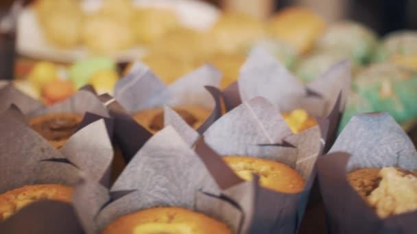 Cukor es cukrász aruk édes ételek colorfuly díszített tábla előtt teadélután