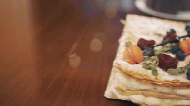 Prášek Rakvičky s plody, mátou a cukroví na tabulce s cukrovinkami
