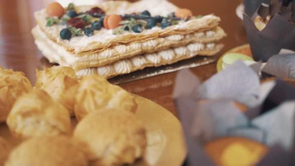Cukrářských výrobků na desky colorfuly zdobené na kuchyňském stole