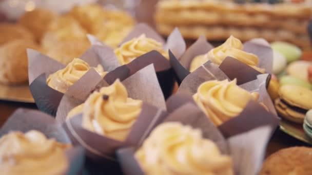 Čokoládové pusinky kapky na buttercreme víry na muffiny v pekárně