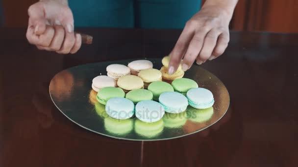 Cukrář ženské ruce ždímá ganache plnění tvorby macaron
