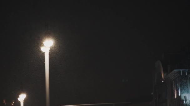 Pracovní Městské pouliční osvětlení v noci v husté sněžení