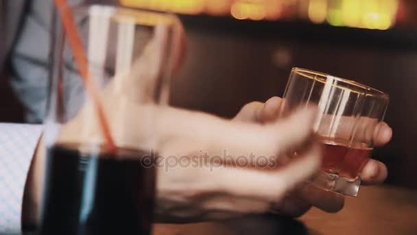 Kezét a férfi kockás ing gazdaság pohár whiskyt, táblázat, a diner