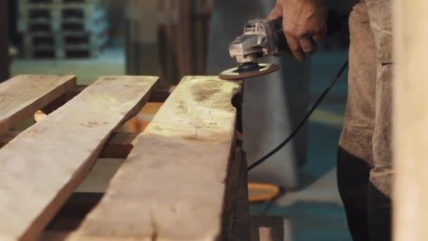 Truhlářské muž použít úhel mlýnek stroj k vyhlazení struktury Dřevěná prkna