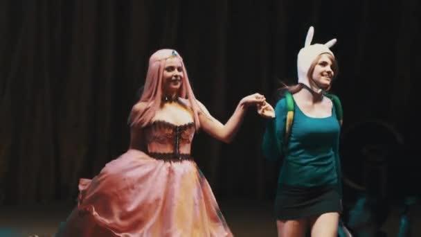 Petrohrad, Rusko - 20 května 2017: Cosplayers dívky ukazující dobrodružství čas kostýmy postav na scéně festivalu