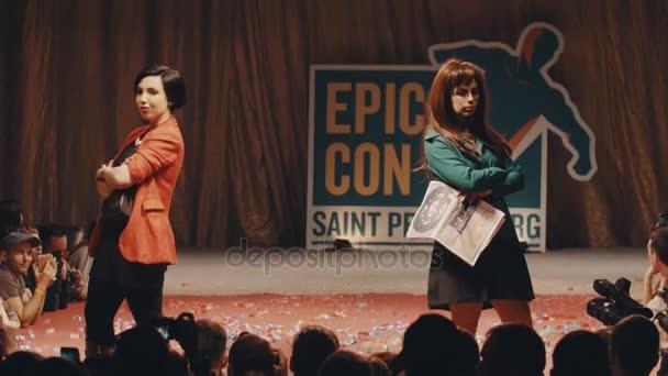 Petrohrad, Rusko - 20 května 2017: Cosplayers ukazující Daria kreslené postavy kostýmy na scéně festivalu
