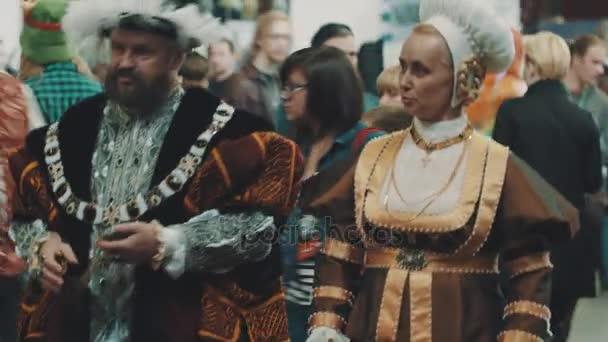 Sankt Petersburg, Russland - 20. Mai 2017: Paar gekleidet als Tudors Herren zu Fuß in der überfüllten Cosplay festival