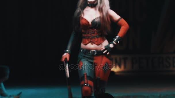 Petrohrad, Rusko - 20 května 2017: Cosplayer dívka ukazuje Harley Quinn kostým na scéně festivalu