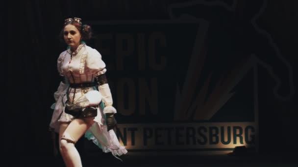 Petrohrad, Rusko - 20 května 2017: Cosplayer dívka ukazuje steampunk anime kostým na scéně festivalu