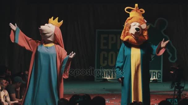 Petrohrad, Rusko - 20 května 2017: Skupina cosplayers ukazující nezáživné postavy kostýmy na scéně festivalu