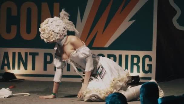Petrohrad, Rusko - 20 května 2017: Cosplayer dívka zobrazeno romantické anime charakter oblečení na scéně festivalu