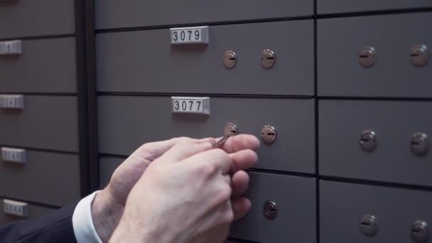 Bankovní manažer ruce s klienta stařec uzavírání bezpečné buňky pomocí dvou klíčů