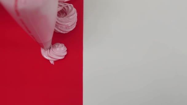 Takže pusinky víří vytlačovacího pytlíku pečivo na červené pečící plochy