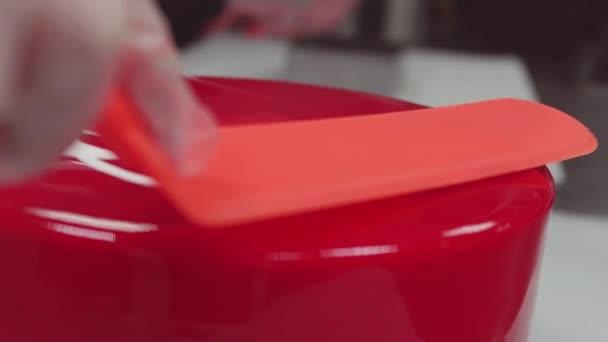Konditor Schmiert Rote Spiegel Glasur Kuchen Mit Staubzucker Spatel